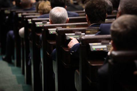 Nocne głosowanie w Sejmie. PiS przepycha zbójecką ordynację
